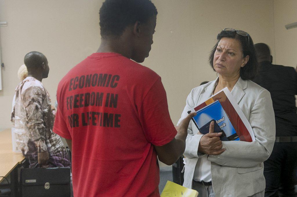 """""""I alla rum där vi ska samsas med de vita får vi stryka på foten för att de ska känna sig trygga."""" En student diskuterar med vicerektorn Angina Parekh efter hennes föreläsning på University of Johannesburg."""