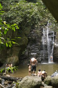 Rios nationalpark Tijuca är full av små oaser dit personer i alla åldrar söker sig på sina lediga dagar.