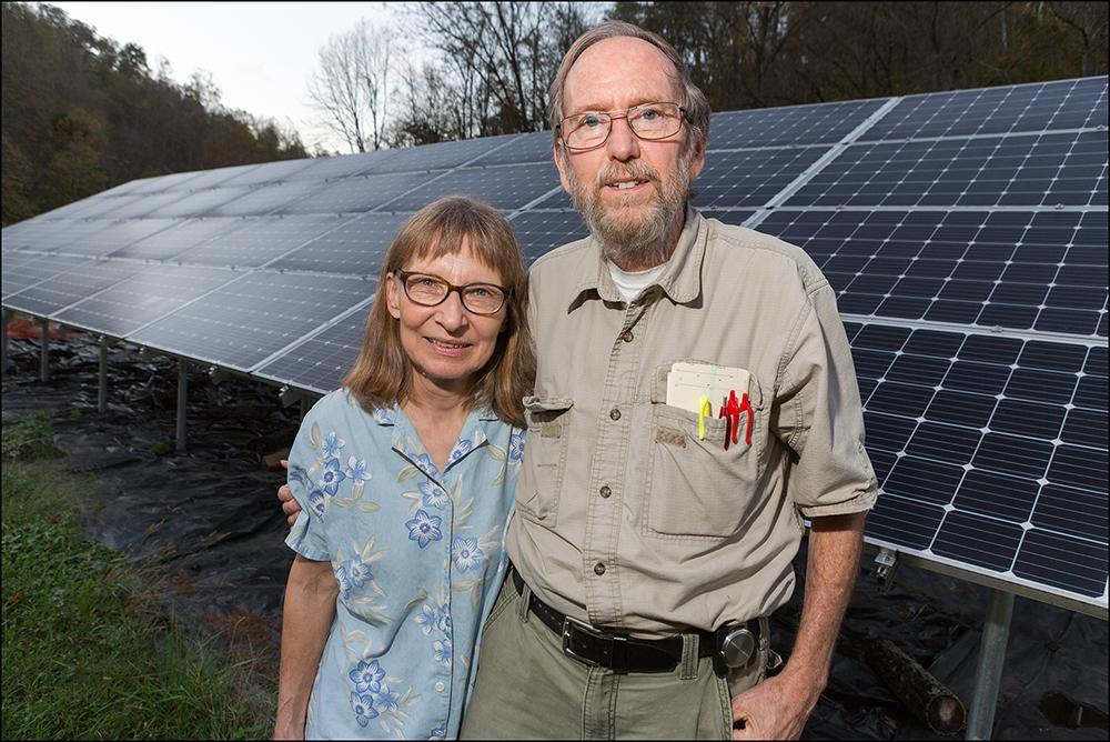 Bill och Mary Anne Hughes framför sina solpaneler.