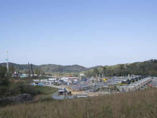 En stor frackinganläggning i grönskan